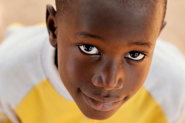 Retrato de menino africano em close-up