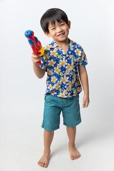 Retrato, de, menino asian, sorrido, com, cano de água