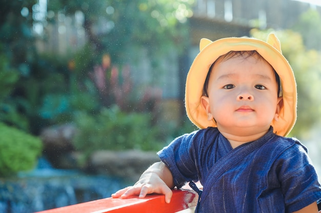 Retrato de menino asiático, rosto de criança asiática, menino sorrindo
