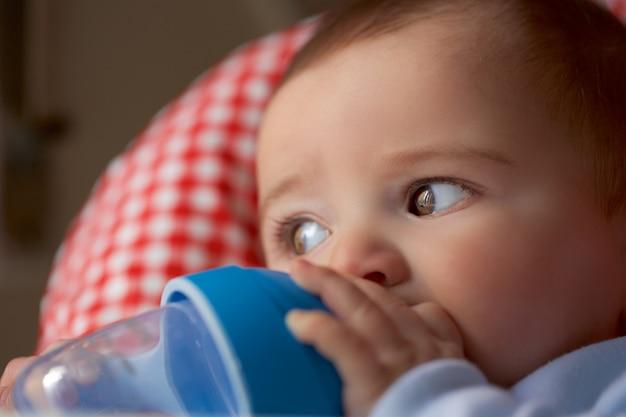 Retrato, de, menino bebê, bebendo, de, a, garrafa
