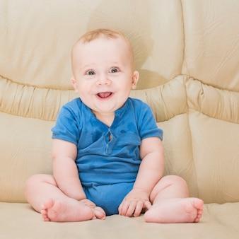 Retrato, de, menino bebê, sentar sofá