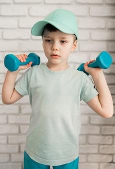 Retrato de menino bonito, exercitando em casa