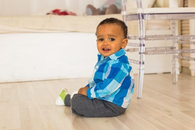 Retrato de menino bonito feliz raça mista