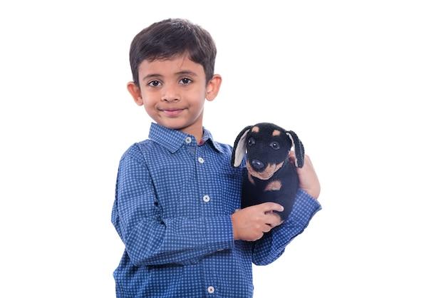 Retrato de menino brincando com seu bichinho de pelúcia em branco