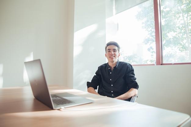 Retrato, de, menino, com, camisa escura, em, escritório