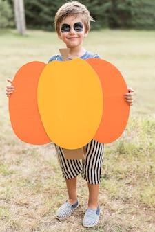 Retrato de menino com fantasia de abóbora