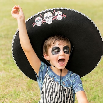 Retrato de menino com fantasia de halloween