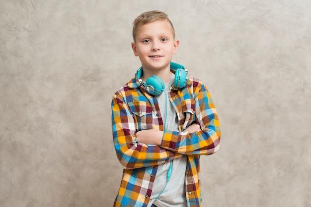 Retrato, de, menino, com, fones, ao redor pescoço