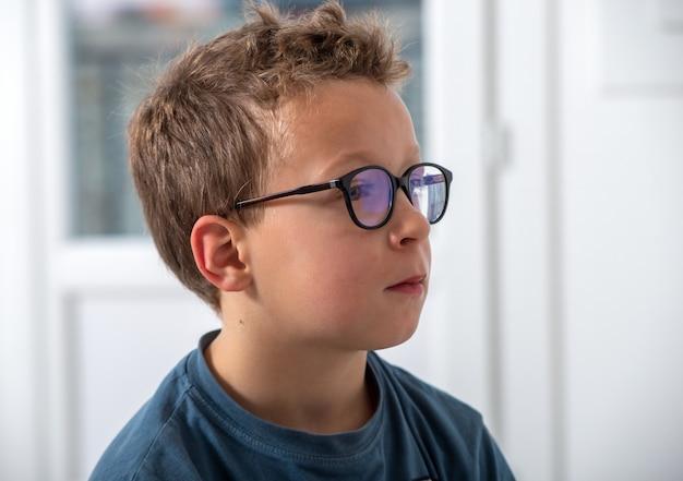 Retrato de menino com óculos