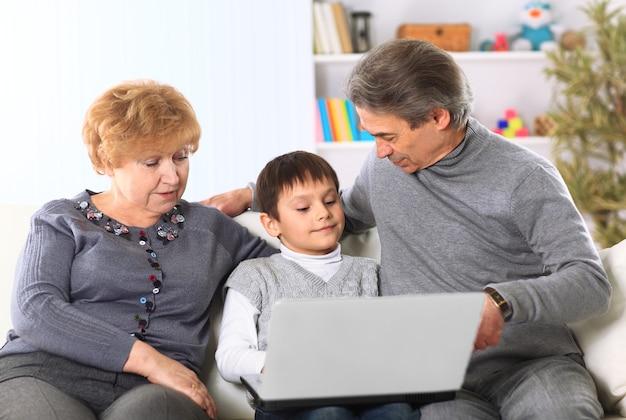 Retrato de menino com os avós em casa