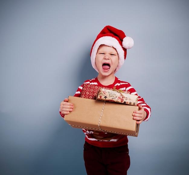 Retrato de menino com presentes de natal