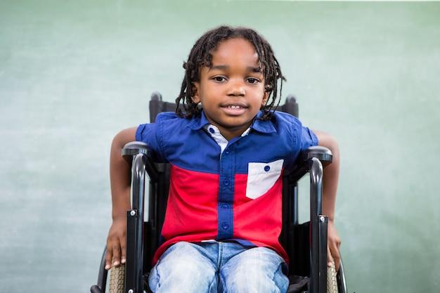 Retrato de menino deficiente em sala de aula
