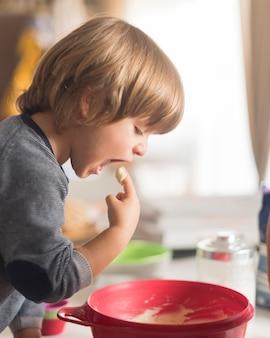 Retrato de menino degustação massa