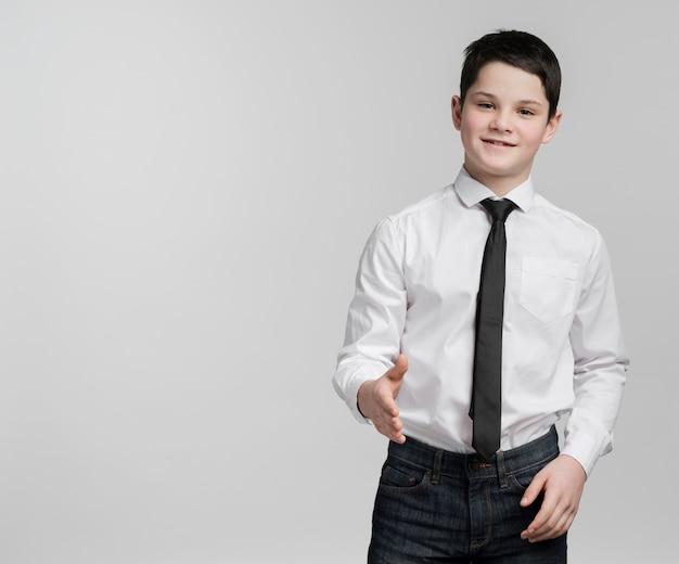 Retrato de menino esperto, segurando a mão