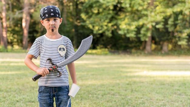 Retrato de menino fantasiado de pirata