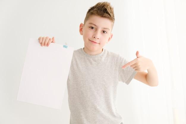 Retrato de menino feliz com branco em branco isolado no fundo branco