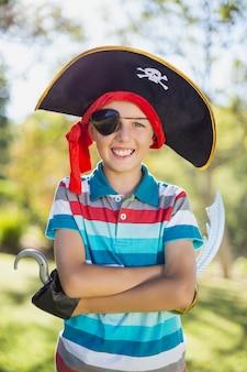 Retrato de menino fingindo ser um pirata no parque