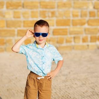 Retrato de menino lindo feliz alegre