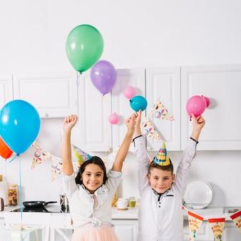 Retrato, de, menino menina, desfrutando, em, a, partido aniversário