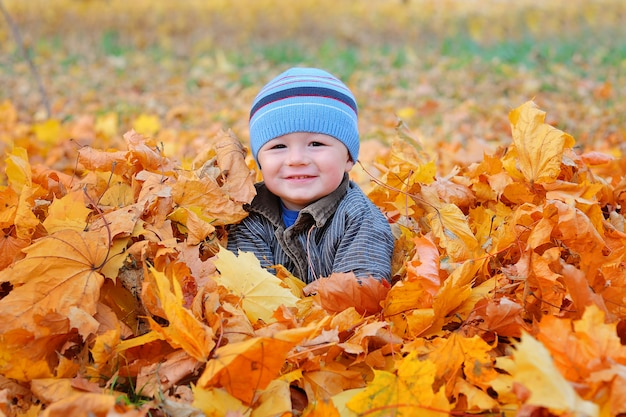 Retrato de menino outono atirar no jardim