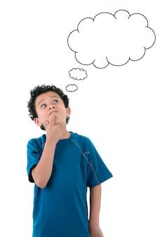 Retrato de menino pensando