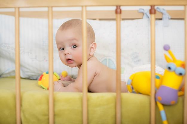 Retrato de menino recém-nascido está deitado na cama