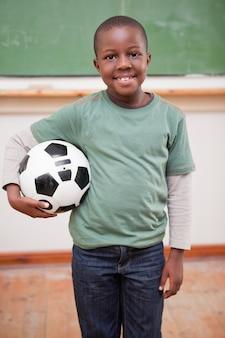 Retrato de menino segurando uma bola