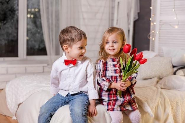 Retrato de menino sorridente e linda garota, amizade e amor