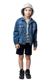 Retrato de menino triste em jaqueta jeans, chora e tem muito medo em fundo branco isolado