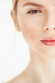 Retrato de metade do rosto de jovem bonito com a pele limpa, fresca. estilo de vida de beleza e saúde.