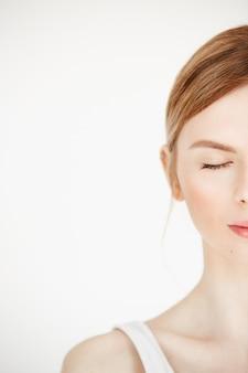 Retrato de metade do rosto de jovem bonito com a pele limpa, fresca. olhos fechados. estilo de vida de beleza e saúde.