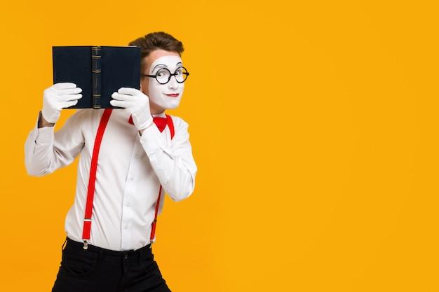 Retrato, de, mime, artista homem, com, livro