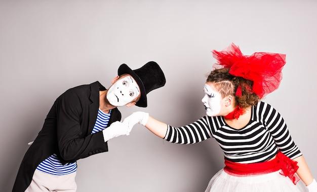 Retrato de mímicos apaixonados. homem beijando a mão da mulher.