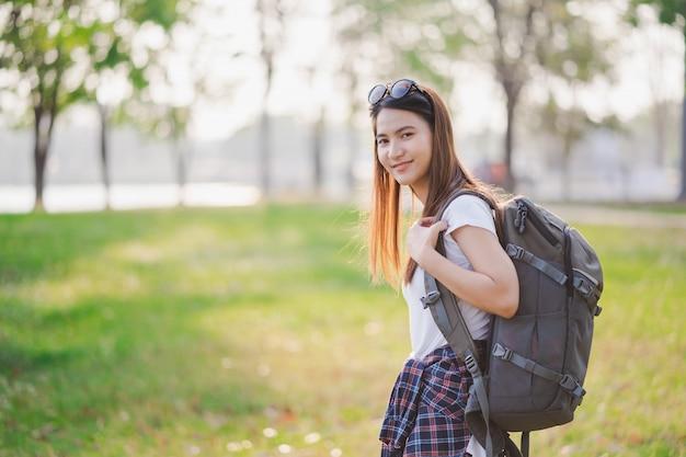 Retrato de mochileiros viajantes jovem feliz mulher asiática
