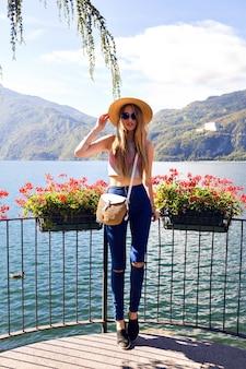 Retrato de moda ao ar livre de uma jovem elegante e elegante com roupa boêmia