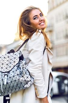 Retrato de moda ao ar livre de uma mulher loira sexy deslumbrante, viajando sozinha pela europa