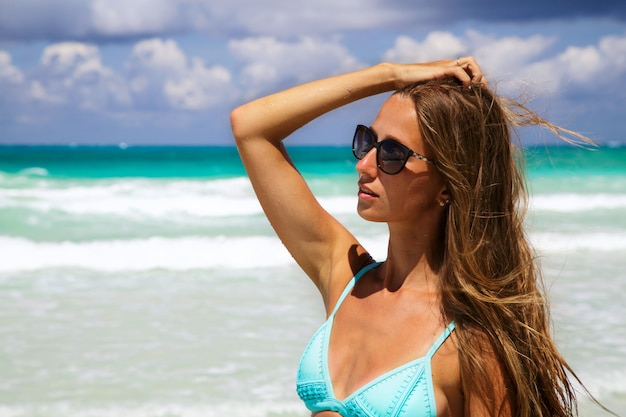 Retrato de moda ao ar livre do rosto de mulher jovem e bonita em óculos de sol