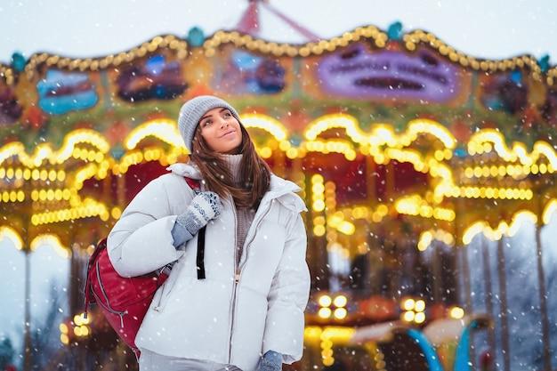 Retrato de moda ao ar livre estilo de vida de mulher deslumbrante, andando na cidade de férias.