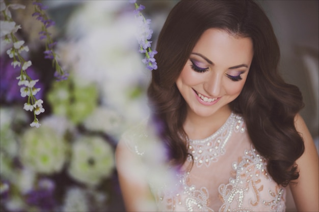 Retrato de moda beleza close-up de uma jovem mulher bonita no vestido romântico