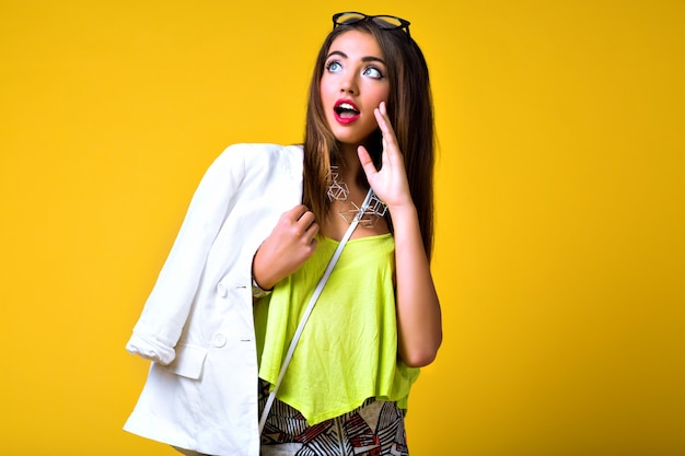 Retrato de moda brilhante e positivo de mulher jovem, elegante roupa de néon da moda, casual inteligente, emoções fofas, cor