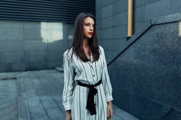 Retrato de moda estilo de vida da mulher jovem elegante hipster