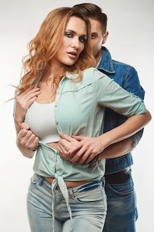 Retrato de moda glamour elegante jovem casal dos ganhos