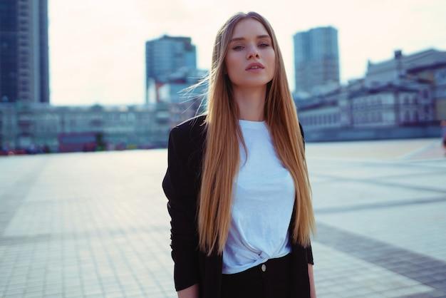 Retrato de moda jovem confiante linda na rua. kiev, ucrânia.