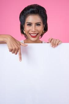 Retrato, de, moda, mulher, exibindo, bandeira branca
