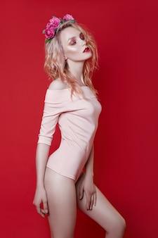 Retrato de moda sexy mulher loira bonita com maquiagem brilhante posando. rapariga loira esguia, corpo perfeito e cabelo comprido