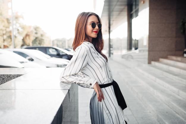 Retrato de moda verão ensolarado, estilo de vida da mulher jovem elegante hipster