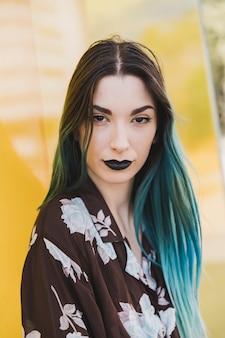 Retrato de modelo com lábios negros e cabelos tingidos