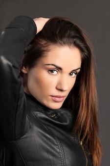 Retrato de modelo de mulher com mãos no cabelo