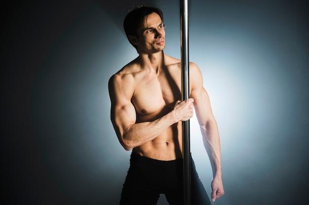 Retrato de modelo masculino atraente posando