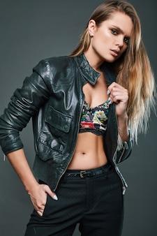 Retrato de modelo sexy vestindo jaqueta de couro